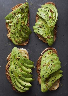Ein herzhafter Snack: Avocado auf getoastetem Brot.