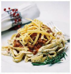 Hulett's Recipe for Spaghetti Bolognaise that is hearty and full of flavour! Tomato Paste, Evening Meals, Kitchen Recipes, Cheddar Cheese, Dinner Plates, Spaghetti, Pasta, Yummy Food, Beef