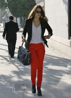 blazer negro; remera blanca, pantalon rojo...woww