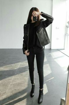 All black chic casual skinny black jeans black leather jacket black boots Aesthetic Fashion, Look Fashion, Aesthetic Clothes, Trendy Fashion, Korean Fashion, Autumn Fashion, Womens Fashion, Fashion Black, Aesthetic Outfit