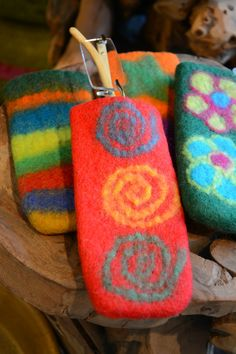 Felted Hot Pan Handle Holder/Eyeglass Case to protect either your hands from your hot skillet handles or your slender reading glasses. Wet Felting Projects, Felt Embroidery, Eyeglass Holder, Tapestry Weaving, Felt Art, Needle Felting, Eyeglasses, Sunglasses Case, Sewing Projects