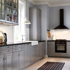 Traditional grey IKEA kitchen with black worktops and integrated appliances Fronty (wzór, nie kolor), zlew, bateria, kafle ???