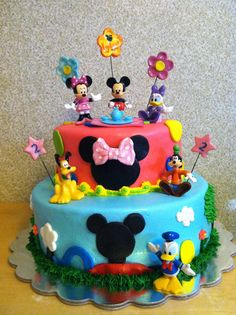 The Story Of Mickey Clubhouse Cake Has Just Gone Viral! Minni Mouse Cake, Mickey Mouse Clubhouse Birthday Party, Mickey Mouse Birthday, Minnie Mouse Party, Pastel Mickey, Mickey And Minnie Cake, Mickey Party, Round Birthday Cakes, 3rd Birthday Parties