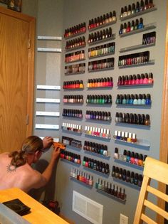 DIY Nail Polish Rack I love this idea. Very very very clever - Nagellack Ideen Nail Salon Design, Home Nail Salon, Nail Salon Decor, Diy Nail Polish Rack, Nail Rack, Nail Polish Shelves, Organize Nail Polish, Privates Nagelstudio, Diy Deco Rangement
