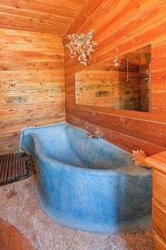 Une baignoire en tadelakt  bleu de tadelakt et bois, fabriquant de baignoire en tadelakt bois et zinc<br /> vue face Corner Vanity Unit, Indoor Water Features, Eco Buildings, Tadelakt, Natural Interior, Fantasy House, Bathroom Goals, Earth Homes, Natural Building