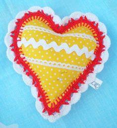 Romántico alfiletero  en forma de corazón. Se puede utilizar para colocar tus alfileres y agujas, también  como elemento decorativo en la casa o prepararlo en un paquete para regalar a tus amigos.