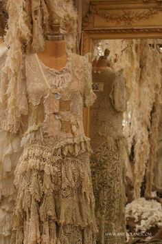 Love, these old vintage dresses, blouses and lingere! Magnolia Pearl Never get tired of pinning this! Ropa Shabby Chic, Shabby Style, Vintage Shabby Chic, Vintage Lace, Vintage Room, Vintage Style, Gypsy Style, Boho Gypsy, Bohemian Style