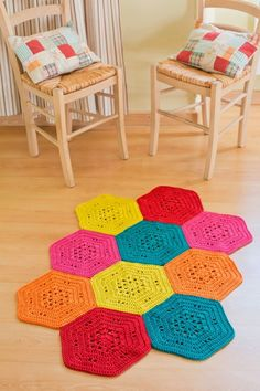 Crochet hexagon motif rug with diagram. Uses super bulky cotton yarn. Crochet Mat, Crochet Carpet, Crochet Squares, Crochet Granny, Crochet Doilies, Easy Crochet, Crochet Home Decor, Crochet Crafts, Crochet Projects