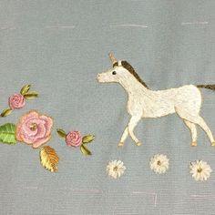 バッグと向き合うこと約2週間☺️先ほど、斜めがけバッグが完成しました🍀 刺繍は、メタル糸も使っていて、ユニコーンで可愛いらしいながらも、上品に仕上がったと思います。リボン刺繍の薔薇やノースポールも咲いております🌸 また、完成品をpostしたいと思います。 #リトルハウス #刺繍 #リボン刺繍 #ユニコーン #littlehouse #embroidery #ribbonembroidery #mywork #unicorn