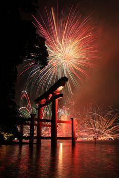 Fireworks - Lake Ashinoko, Hakone, Kanagawa, Japan༻神*TZn*神༺ Fireworks Festival, 4th Of July Fireworks, Places Around The World, Around The Worlds, Beautiful World, Beautiful Places, Japan Landscape, Fire Works, Hanabi