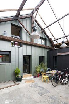 Le projet de transformation en loft occupe l'intérieur d'une ancienne brocante. Un patio couvert par une toiture translucide permet l'accès au logement par cet espace tampon depuis la rue. Le loft se développe sur le RDC existant et sur un étage partiel rajouté dans le volume existant, jouant ainsi entre pleins et vides .  Les façades sont habillées en zinc à joints debout. Le dessin des ouvertures et du calepinage discret du bardage en zinc concourent à la modernité de la transformation. La…