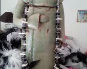Trés classieux collier mi longs en perles noires transparentes en verre craquelé ,et ponctué par quinze intercalaires de nacres : Collier par creationsannaprague