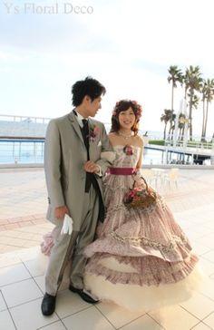 (記事、追記しました)こちらのおふたりのお色直しのときのスタイルです。 白ドレスから、紫色のガーリーなテイストのドレスにお召し替え。がらっとイメージがか...