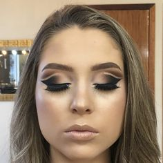 Cut Creasing in makeup is due to different makeups interacting with one another on the skin when you see wrinkles and creases where your makeup job had been Eyeshadow For Green Eyes, Cut Crease Eyeshadow, Cut Crease Makeup, Blue Eye Makeup, Eye Makeup Tips, Smokey Eye Makeup, Makeup Tricks, Cut Crease Hooded Eyes, Easy Winged Eyeliner
