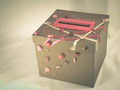 urne, boite à dons thème gourmandise de Folle à Relier sur DaWanda.com Gift Wrapping, Gifts, Rose Fuchsia, Carole, Attention, Scrapbooking, Wedding Ideas, Candy Theme, Chocolates