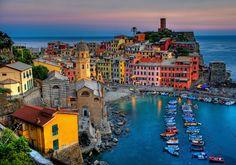 Vernazza es uno de los pequeños pueblos de la región de Cinque Terre y puede ser visitado con un tren local desde La Spezia
