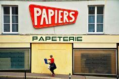 Lola Fauconnet, urbaniste et photograp^he, expose ses clichés à la boutique Les Heures Maison à Saint-Mandé Saint, Broadway Shows, Boutique, Home, The Hours, Ad Home, Homes, Boutiques, Haus