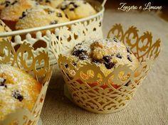 Questi muffins al latte sono dei morbidissimi tortini davvero irresistibili arricchiti da golose gocce di cioccolato. Ottimi a colazione o a merenda.