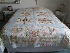 Couvre-lit modèle Isabelle Prigent Isabelle, Comforters, Creations, Blanket, Bed, Home, Scrappy Quilts, Creature Comforts, Blankets