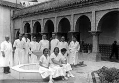 Hospital provincial de San Lázaro. Fotografía Juan José Serrano. 1935. Médicos y enfermeros en el patio del Hospital