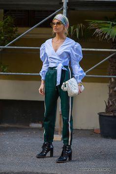 Зеленые спортивные брюки и блузка с объемными рукавами