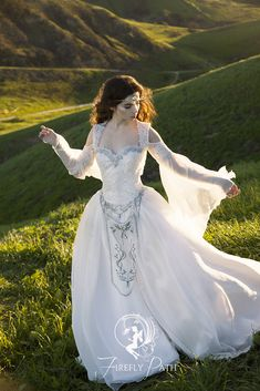 This gown is ideal for the bride who desires a timeless fantasy wedding! Renaissance Wedding Dresses, Wedding Gowns, Viking Wedding Dress, Cake Wedding, Bridal Gown, Wedding Ring, Pretty Dresses, Beautiful Dresses, Fantasy Gowns