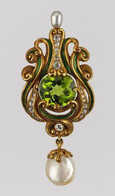 """Брошь-кулон от Marcus & Company, ок. 1900 г., Нью-Йорк.  Стиль Ренессанс, модный в конце 19 в.  Жемчуг, оливин (перидот) огранки """"подушка"""", бриллианты, зеленая эмаль."""