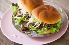 Neuredni hamburger (Sloppy Joe sendvič) - So i biber blog Tomato Bruschetta, Bruschetta Recipe, Vegan Pumpkin Bread, Italian Meats, Feta Dip, Pork Sandwich, Sloppy Joe, Pulled Pork, Salmon Burgers