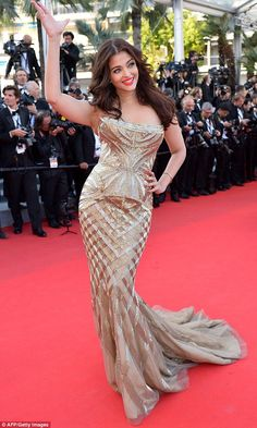 Indian actress Aishwarya Rai Bachchan looked stunning in her strapless dress which hugged her figure.