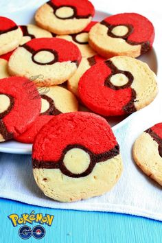 Biscuits Pokeball {Pokémon Go !} – Pokémon Games – Pokémon Anime – Pokémon GO Pokemon Go, Pokemon Snacks, Pokemon Party, Pokemon Birthday, Pokeball Cake, Nintendo Party, Biscuits, Baking With Kids, Rocky Road