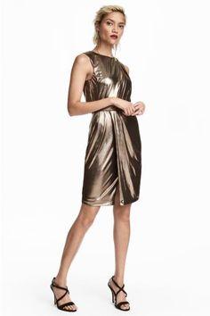 Metalik kaplamalı jarseden, beli drapeli ve dikişli elbise. Astarlı.