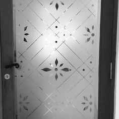 🤗 Hermoso el esmerilado para la puerta de Chechu! 😊 #esmerilados #vinilosniakate #vinilosdecorativos #puertas #diseño #decoracion