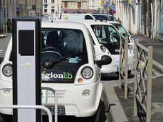 Nouveau service d'autopartage à Niort - Rue de l'Hôtel de Ville, à Niort, trois voitures sont à quai.