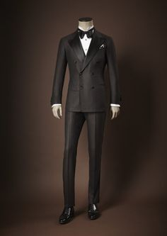 Kiton Tuxedo F/W - what every Gentleman should own♛ ♛~✿Ophelia Ryan ✿~♛ Mens Fashion Suits, Mens Suits, Estilo Dandy, Tuxedo For Men, Black Tuxedo, Layered Fashion, Elegant Man, Classy Men, Formal Suits