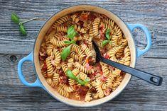 KREMET ONE POT-PASTA MED SPEKESKINKE | TRINES MATBLOGG One Pot Pasta, Parmesan, Pasta Salad, Ethnic Recipes, Food, Crab Pasta Salad, Meals, Noodle Salads, Yemek