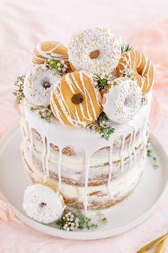 Donut-Torte ganz ohne Backen! Perfekt als Geburtstagstorte oder Hochzeitstorte. Mehr dazu auf unserem Online-Magazin www.kuchenkult.de #Torte #Donuts #Donuttorte #Trend #Hack #Nakedcake #einfach#Rezept #schnell.
