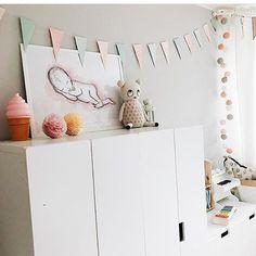 Mit diesem fröhlichen Bild aus dem schönen Kinderzimmer der lieben Ilona von @3elfenkinder starten wir uns Wochenende! Macht es euch schön!    #friyay #goodmoods #weekend #mood #sunny #kids #kidsroom #inspo #white #pastel #salmon #rose #pink #color #light #stringlights #lichterkette #kinderzimmer #lebenmitkindern #icecream #scandinaviandesign #wall #ice #lovely #decoration