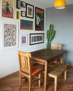 Mudança rápida: para deixar a casa com uma pegada México Chic  o casal apostou na parede cinza (que nós amamos)   luminária amarela contrastando com a parede móveis de madeira e para fechar  um cactos lindo no canto da sala. Ah e os quadros dão a pegada moderna ao espaço.  #casademenino #decoração #decor #style #diy #tips #tipsdecor #lovedecor #instadecor #dicas #home #homedecor #interior #arquitetura #design #homesweethome #furniture #mobiliario #casadecorada by casademenino