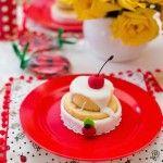 Tortinhas doces servidos na mesa da festa do pic nic