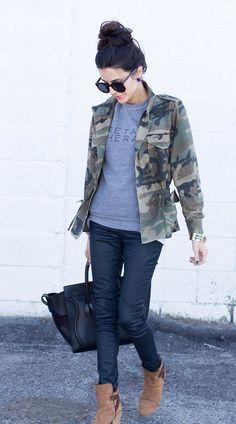 Den Look kaufen: https://lookastic.de/damenmode/wie-kombinieren/militaerjacke-pullover-mit-rundhalsausschnitt-jeans-stiefeletten-shopper-tasche/1487 — Dunkelgrüne Camouflage Militärjacke — Grauer bedruckter Pullover mit Rundhalsausschnitt — Dunkelblaue Jeans — Schwarze Shopper Tasche aus Leder — Beige Wildleder Stiefeletten