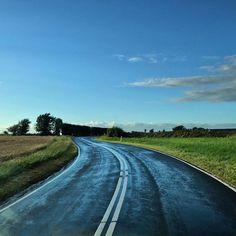 """""""Nothing behind me, everything ahead of me, as is ever so on the road""""  .  """"Nada atrás de mim, tudo à minha frente, como sempre acontece na estrada""""  .  .  Vamos começar a semana olhando pra FRENTE e seguindo o nosso caminho, aproveitando cada momento da nossa jornada! .  .  .  Use the hashtag #viajardenovo to be feature here! .  .  .  .  📍Ærøskøbing - Denmark .  .  .  .    #dinamarca #roadlovers #ærø #denmark #explorers #viagem #marstal#road #denmark #trip #marstal #danmark #road"""