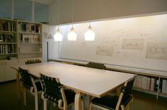 Alvar Aalto | Alvar Aalto Studio | Helsinki, Finlandia | 1954-1955 | Sala de reuniones con una pared de exposición iluminada cenitalmente