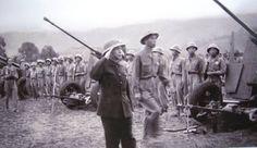 Général Võ Nguyên Giáp lors des cérémonies de la victoire auprès des unités qui ont participé à la bataille de Dien Bien Phu.