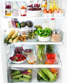 Less plastic = Happy Earth⁣ 🌎 ⁣ Reduce your plastic waste like and begin the switch! Instead of storing produce in plastic… Alternative and practical home organisation for The Indie Practice Freezer Organization, Refrigerator Organization, Kitchen Organization Pantry, Recipe Organization, Household Organization, Purse Organization, Fridge Clean Out, Healthy Fridge, Healthy Smoothie