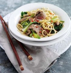 A light oriental stir fry with strips of rump or fillet steak and fresh noodles. It's a speedy supper dish to add to your recipe repetoire. Onion Sprouts, Bean Sprouts, Chinese Cabbage, Beef And Noodles, Fish Sauce, Noodle Recipes, Wok, Stir Fry, Broccoli
