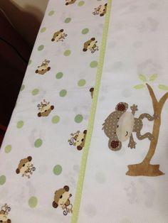 Enxoval de Bebê - Jogo de lençol com lençol de cobrir em tecido estampado e barra de fustão com aplicação bordada, confeccionados por Maete Atelier. Para encomendar envie um e-mail para teresi@globo.com