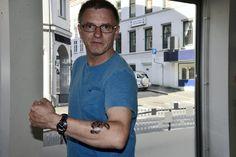 2015: Puslebrikken er et internasjonalt symbol for autisme. Faren til et barn med autisme har en tatovering med symbolet.