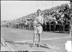 Archie Hahn pictures | Archie Hahn USA - University of Michigan athlete, holding a trophy ... OS guld 100 och 200 meter 1904 St. Louis.