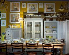 PARECE A COZINHA QUE MINHA MÃE QUER Copa decorada com mesa de jantar com tampos em mármore, cadeiras Modelo Velho e biombo esteirinha branco. Ao fundo armário, cristaleira e estante feitos em peroba de demolição e pintados em branco provençal. O ambiente ainda traz louça em cerâmica pintada à mão, quadros e objetos de decoração diversos.