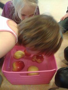 appel happen uit een bak met water, leuk idee voor een kinderfeestje!